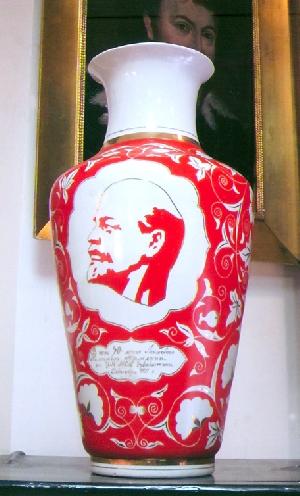 图片 为了纪念亚美尼亚共青团成立50周年的赠与花瓶